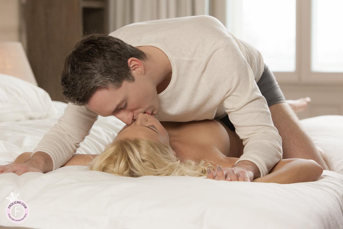 Naked blond kissing boyfriend - Frolicme.com