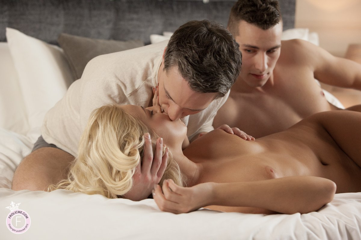 Naked blond kisses her two lovers